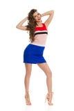 Mani felici di Is Posing With del modello di moda dietro la testa fotografia stock libera da diritti