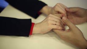 Mani femminili che abbracciano le mani di un uomo stock footage