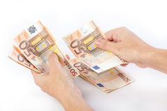 Mani femminili che contano 50 euro banconote Immagini Stock