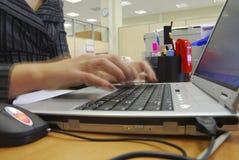 Mani femminili che digitano sulla tastiera Fotografia Stock Libera da Diritti
