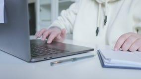 Mani femminili che funzionano al computer portatile stock footage