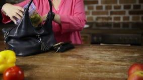 Mani femminili che imballano pranzo nella borsa in cucina video d archivio