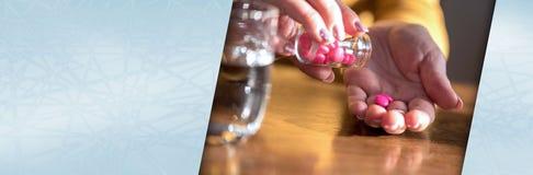 Mani femminili che prendono farmaco, luce dura Bandiera panoramica fotografia stock
