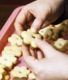 Mani femminili che producono i biscotti Fotografia Stock