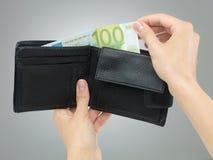 Mani femminili che rimuovono soldi dal portafoglio Fotografia Stock