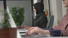 Mani femminili che scrivono sulla tastiera, primo piano Ragazza nel hijab nero nei precedenti Ufficio, affare, lavoro, donne video d archivio