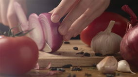 Mani femminili che tagliano cipolla archivi video