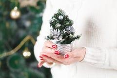 Mani femminili che tengono molte scatole con i presente per il Natale Concetto del `s di nuovo anno immagine stock libera da diritti