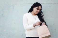 Mani femminili che tengono sacchetto della spesa all'aperto immagini stock libere da diritti