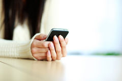 Mani femminili che tengono smartphone Immagine Stock Libera da Diritti