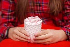 Mani femminili che tengono tazza calda di cacao o di caffè con la palude di colore Immagini Stock