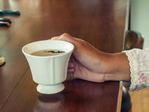 Mani femminili che tengono una tazza di tè Fotografia Stock