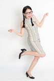Mani femminili cinesi asiatiche emozionanti che tengono qualcosa Fotografia Stock Libera da Diritti