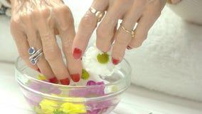 Mani femminili, ciotola di vetro, crisantemi stock footage