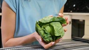 Mani femminili con cavolo verde sulla cucina Concetto equilibrato di cibo video d archivio