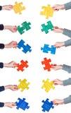 Mani femminili con i pezzi dipinti di puzzle Immagine Stock Libera da Diritti