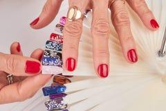 Mani femminili con il bello manicure rosso Fotografia Stock Libera da Diritti