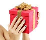Mani femminili con il grande contenitore di regalo Fotografia Stock