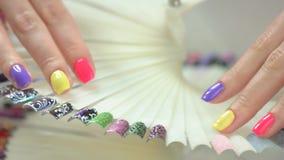 Mani femminili con il manicure perfetto di estate stock footage