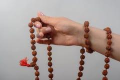 Mani femminili con il rosario Immagini Stock