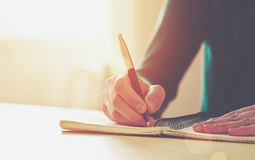 Mani femminili con scrittura della penna Immagini Stock Libere da Diritti