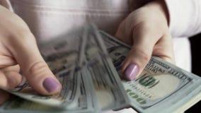 Mani femminili con un bello manicure escludere le banconote del dollaro stock footage