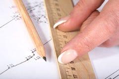 Mani femminili con un righello e una matita Fotografia Stock