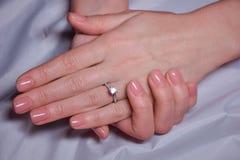 Mani femminili eleganti di bellezza con il manicure Fotografia Stock