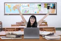 Mani femminili emozionanti di aumento del principiante nella classe Immagine Stock
