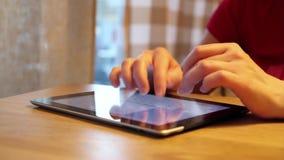 Mani femminili facendo uso del computer della compressa video d archivio