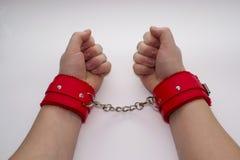 Mani femminili in manette di cuoio Fotografie Stock