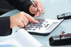 Mani femminili per mezzo del calcolatore Fotografie Stock Libere da Diritti