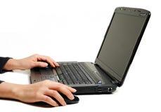 Mani femminili per mezzo del computer portatile Immagini Stock Libere da Diritti