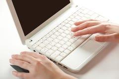 Mani femminili su una tastiera del computer portatile Fotografie Stock Libere da Diritti