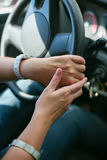 Mani femminili sulla ruota Immagine Stock