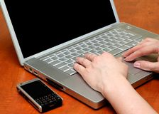 Mani femminili, sulla tastiera Immagine Stock