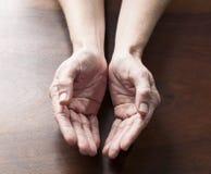 Mani femminili vuote che giudicano qualche cosa di rotondo Fotografie Stock