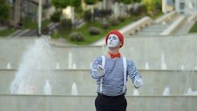 Mani gesticolare del conduttore del mimo al fondo della fontana archivi video