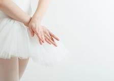 Mani graziose della ballerina. Concetto di leggerezza, bellezza, tolleranza Immagini Stock