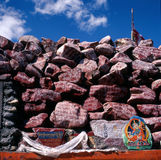 Mani heap in Tibet. In Tibet around the mountains, crossing the lake, River Bank, almost all can see a seat to the accumulation of stones and stone altar - Mani Stock Photo