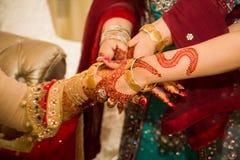 Mani indiane della sposa che ottengono decorate fotografia stock libera da diritti