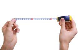 Mani isolate che misurano usando misura di nastro Immagine Stock Libera da Diritti