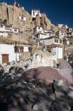 Буддийские камни Mani с высекаенными мантрами на монастыре Lamayuru, Ladakh, Индии Стоковая Фотография RF