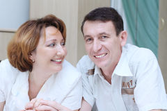 Mani maggiori della holding delle coppie in base Fotografie Stock
