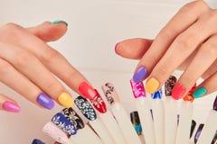 Mani Manicured e campioni polacchi di colore Immagini Stock
