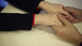 Mani maschii che abbracciano le mani di una donna video d archivio