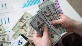 Mani maschii che contano pacchetto enorme dei dollari americani archivi video