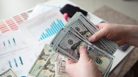 Mani maschii che contano pacchetto enorme dei dollari americani video d archivio