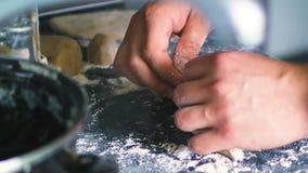 Mani maschii che cucinano vicino caucasico delle torte a casa su stock footage