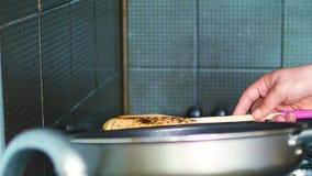 Mani maschii che cucinano vicino caucasico delle torte a casa su video d archivio